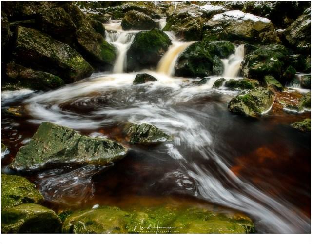 Het stromende water laat mooie patronen achter Helaas ligt er niet veel sneeuw (24mm - ISO100 - f/11 - 0,8 sec)