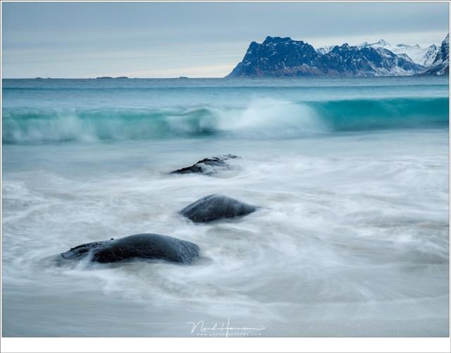 De branding op het strand van Myrland met de ijzige helderblauwe golven (53mm | ISO100 | f/16 | t=1sec met 2 stops soft GND)