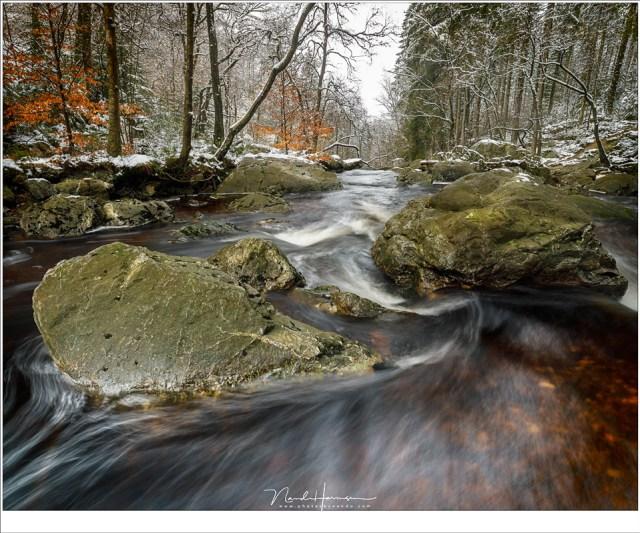 De beweging van het water als een lijn door de foto heen, op weg naar een plek stroomafwaarts, de plek waar ik voorheen altijd fotografeerde (16mm - ISO100 - f/11 - 0,8 sec)