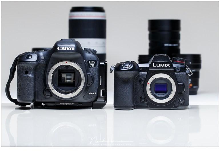 De Lumix G9 naast de Canon EOS 7D mark II. Het verschil in grootte uit zich ook in gewichtsverschil. Op de achtergrond zijn de 100-400mm van beide merken zichtbaar. De sensor van de Lumix is echter nog kleiner dan de cropsensor van de Canon