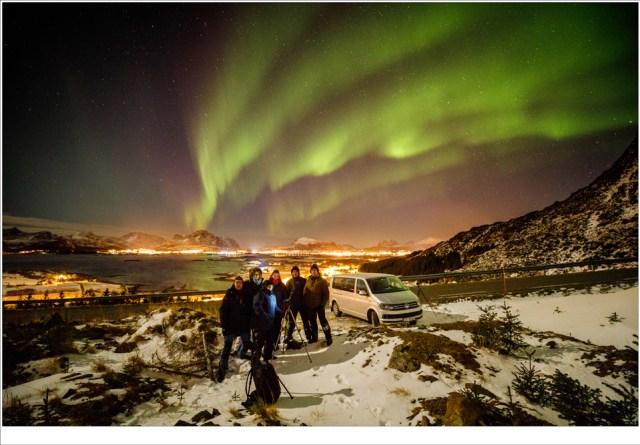 De hele groep met Leknes op de achtergrond, onder de gordijnen van de Aurora boereaulis