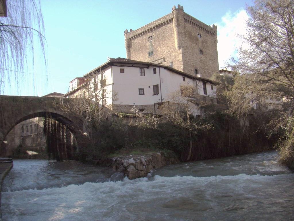 Puente de San Cayetano Rio Quiviesa Torre del Infantado Potes Cantabria 07