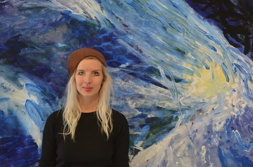 Maria Segersäll framför motivet Blånande.