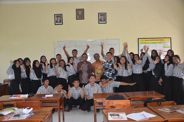 KPU Tulungagung menyempatkan foto bersama siswa di salah satu ruang kelas SMAN 1 Tulungagung(18/11)