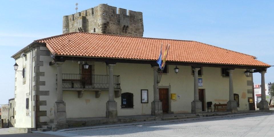 Plaza Mayor Ayuntamiento y Castillo Torre del Homenaje Sobradillo Salamanca 06