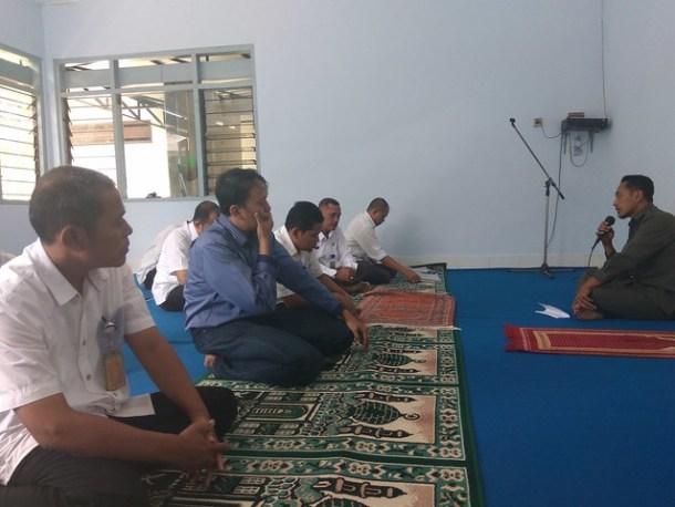 Fatah saat menyampaikan kultum kepada para jama'ah sholat dzuhur di musholla KPU Tulungagung (14/6)