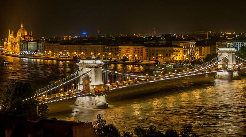 Széchenyi_Chain_Bridge_in_Budapest_at_night