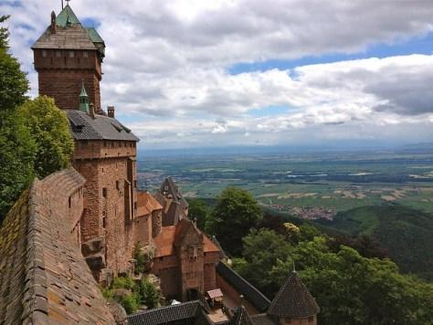 Château du HAUT KOENIGSBOURG et la plaine d'ALSACE.