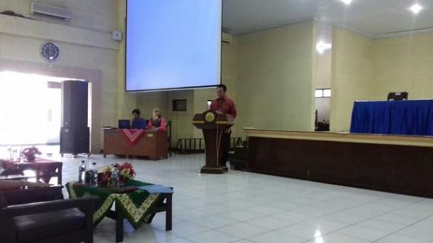 Komisioner KPU RI Sigit Pamungkas saat memberikan kuliah di Unmuh Jember (21/9)