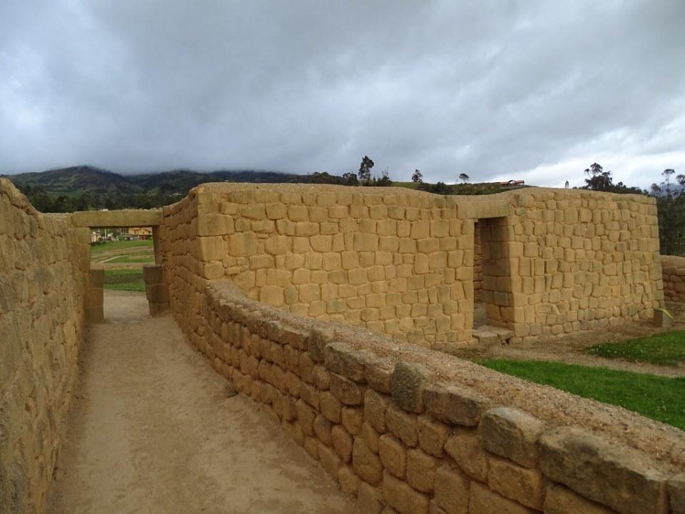 Corredor que separa aposentos del Templo Ingapirca Ecuador 04