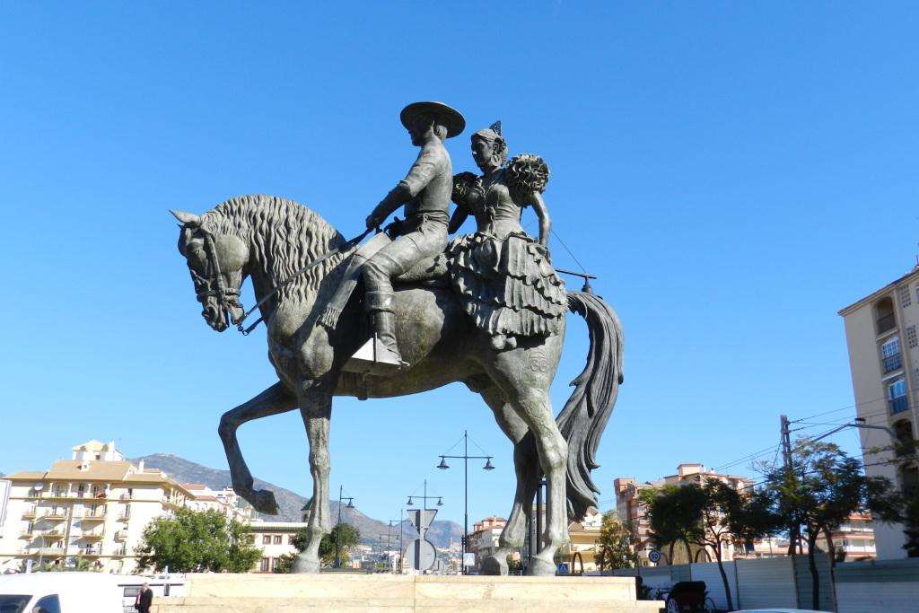 Escultura hombre y mujer sobre caballo andaluz Fuengirola Malaga 15