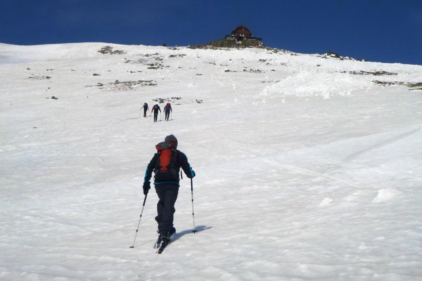 Chata pod vrcholem kopce je na dosah. Idylický záběr, když z obrazovky počítače do obličeje nefuní nechutný severák jako ve skutečnosti.