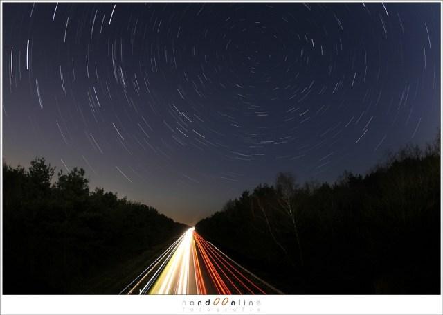 Lang belichten betekent beweging vastleggen. In dit geval niet alleen de verlichting van auto's, maar ook de beweging van de sterren. Sterren en geen sterrensporen: de regel van 600