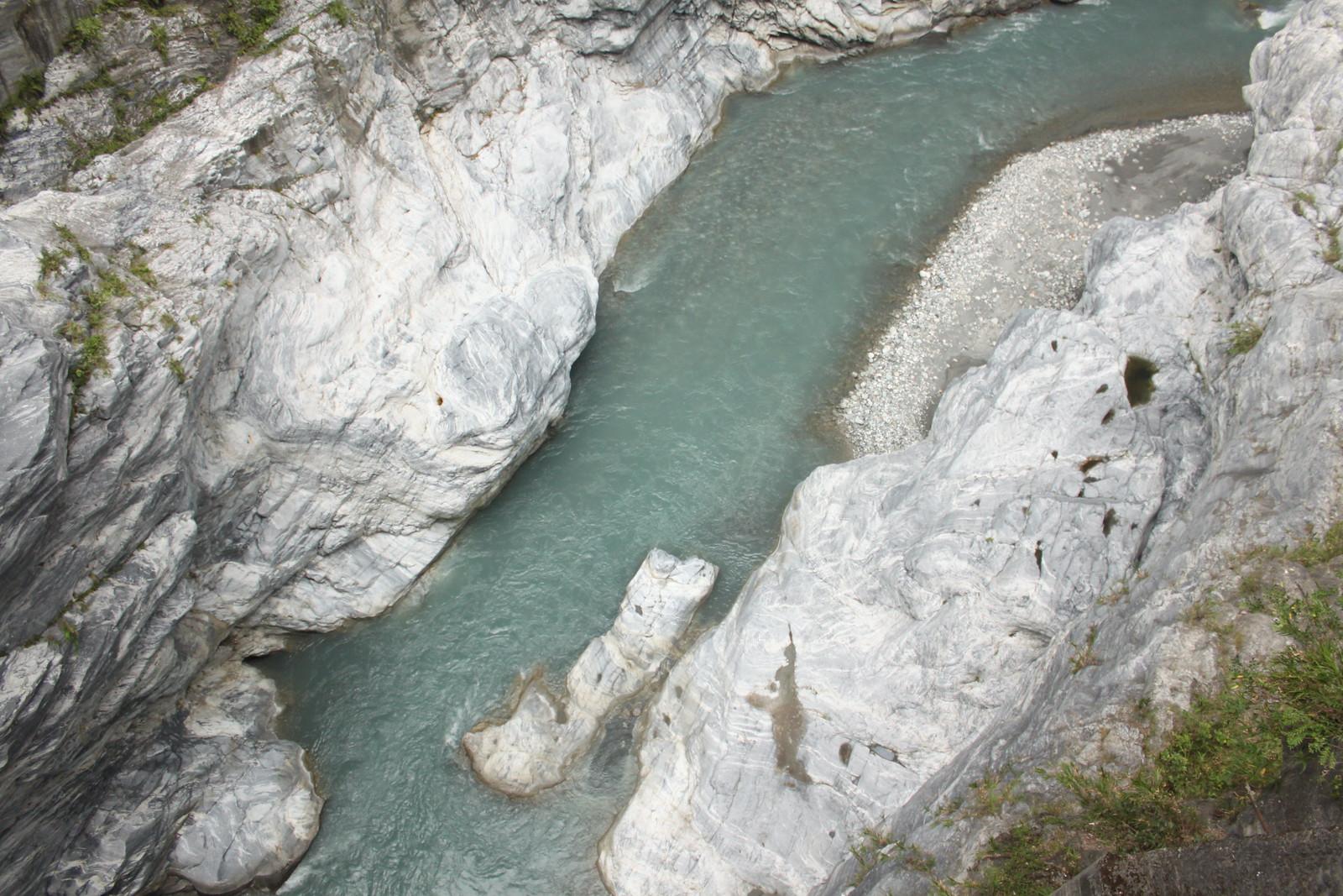 El río cruza desgastando la roca a lo largo de los siglos