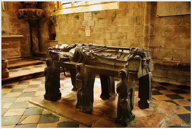 De grafplaat van Saint Ronan in de gelijknamige kerk in Locronan, Frankrijk