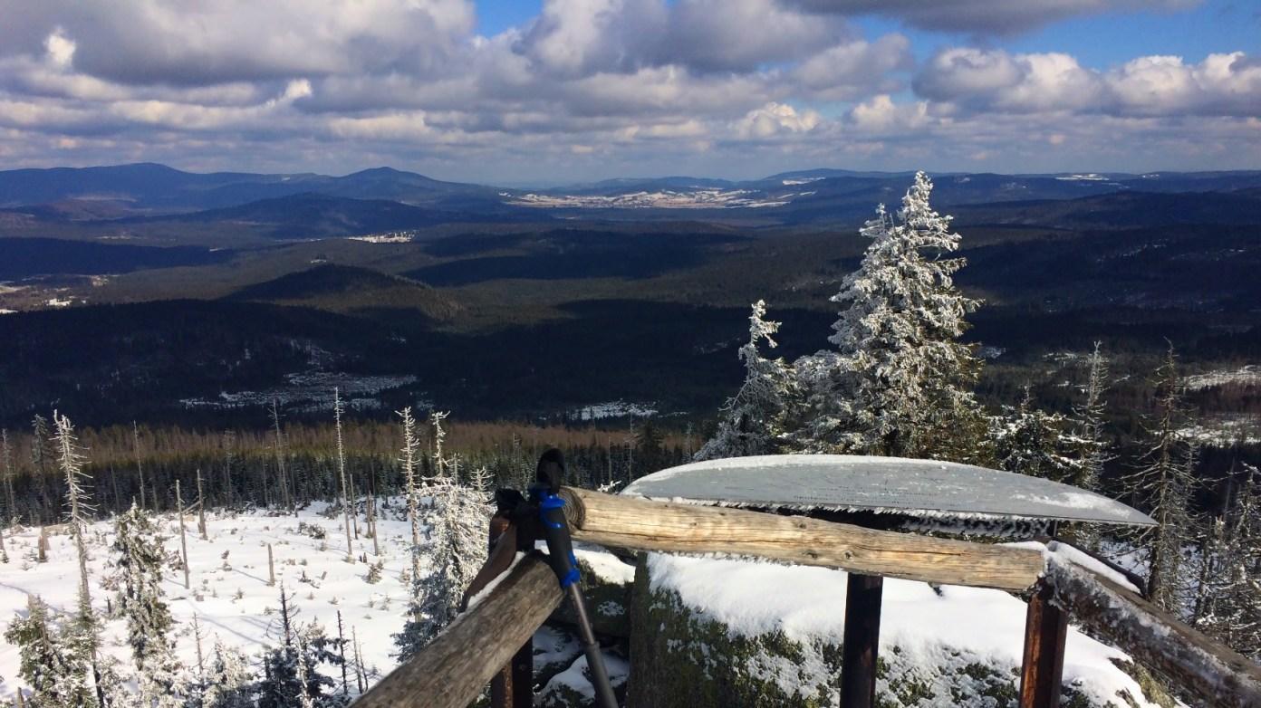 Na vrcholu Třístoličníků. Česká strana Šumavy je takřka bez sněhu.