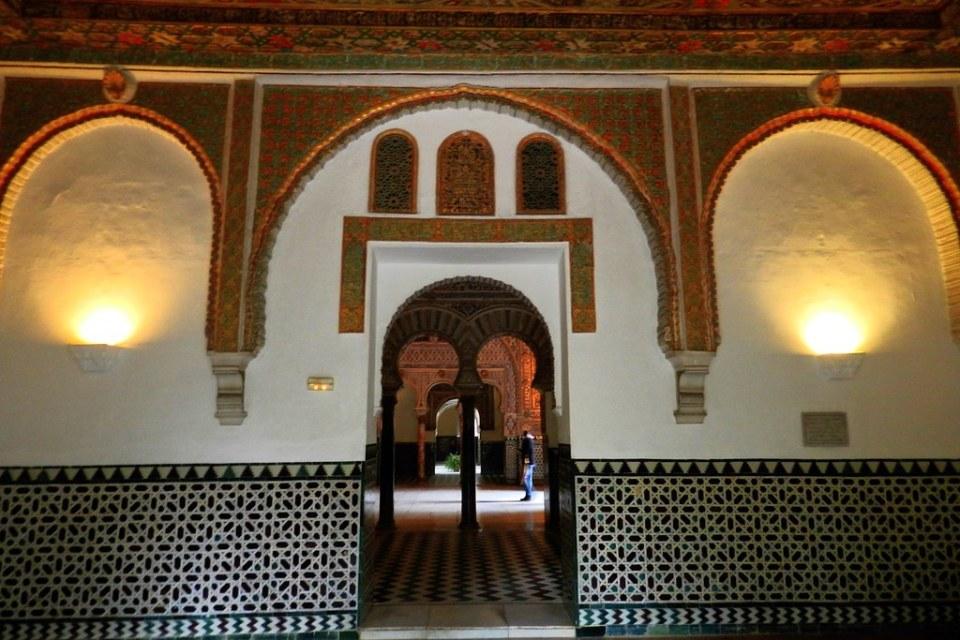 Sala de los Infantes y arco a Salon de Embajadores por Sala de Toledanos y Sala de Sevillanos Real Alcazar Sevilla 06