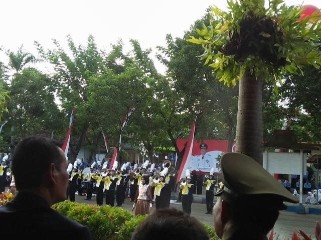 Serenade dan drum band meriahkan upacara penurunan bendera di Pemkab Tulungagung(17/8)