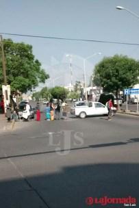Vecinos de San Juan de Guadalupe se manifiestan y bloquean vialidad
