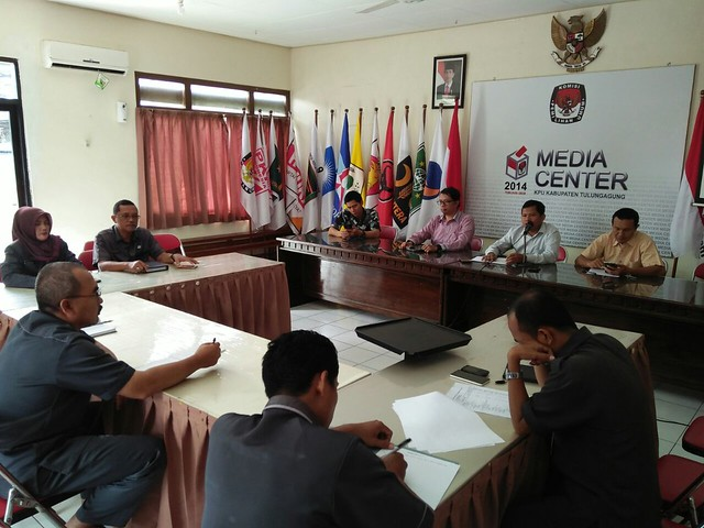 Suasana rapat pleno di Media Center KPU Tulungagung(15/8)