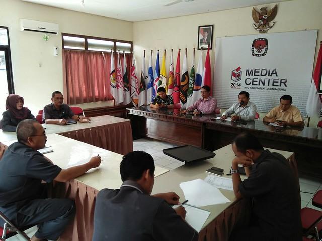 Suasana rapat pleno di Media Center KPU Tulungagung(15/8)