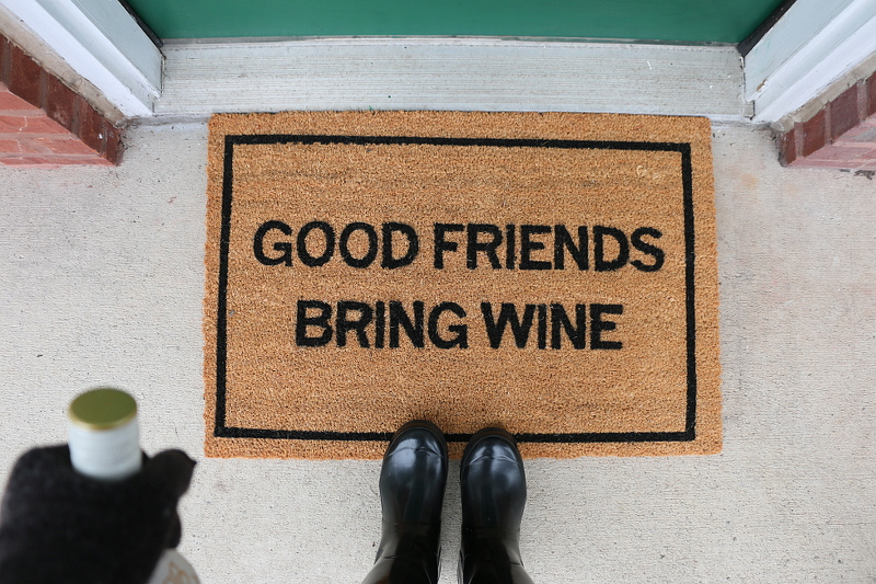 clever-doormat-good-friend-brings-wine-1