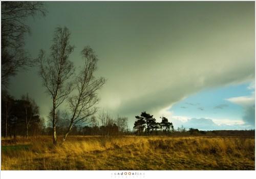 Hoe groot het contrast is wordt duidelijk als de blauwe hemel weer zichtbaar wordt. Donker en licht, nat en droog. Elke minuut veranderd het.