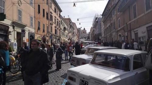 La via dell'Infiorata di Genzano di Roma invasa da auto storiche