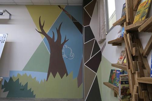 【南科國小/南藝大閱讀裝置計畫5】閱讀教室大改照:彩繪牆壁、書架、課桌椅新風格