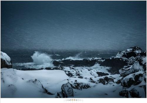 Het woeste van de Lofoten, gevangen in één beeld, waar de branding de rotsen teistert en de sneeuwstorm het land in de greep houdt. Dit is het land van de vikingen, de stoere noormannen die de goden niet aanbaden, maar ermee samenleefden.