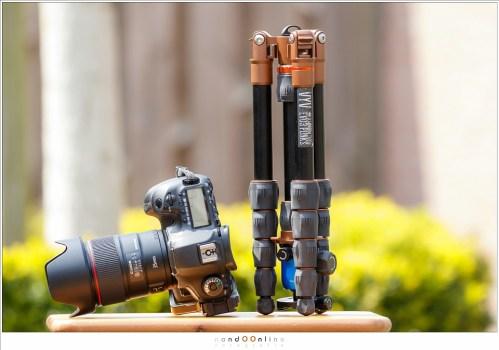 Hoe klein het statief wordt pas goed zichtbaar naast een camera, in dit geval een EOS 5D mark 3.