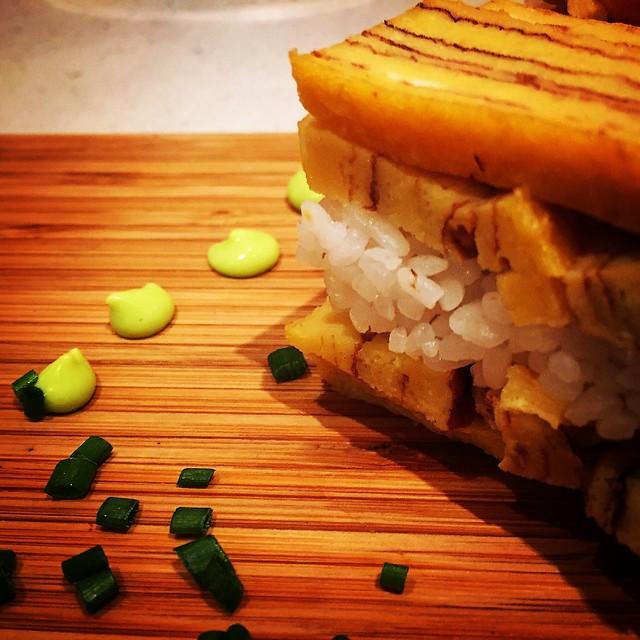 Tamagoyaki sobre sushi-meshi