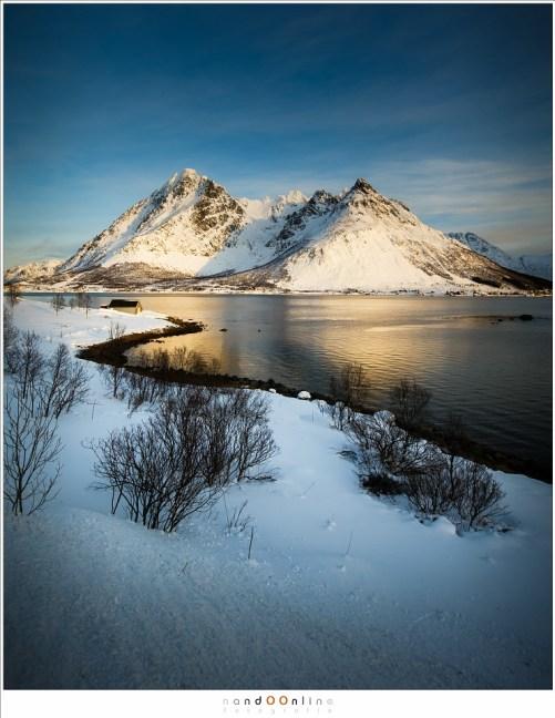 In de winter komt de zon nooit ver boven de bergen uit. Dit levert altijd warm en fijn licht op, alsof het de hele dag het gouden uurtje is. Waar je ook kijkt, water voor prachtige reflecties is er altijd aanwezig