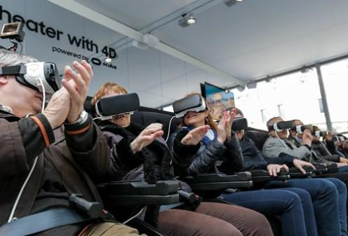 Observen las expresiones de estos rostros: la realidad virtual (VR) proporciona una empatía nunca antes vista. Pero además, cada quien mira a donde quiere, para seguir la historia como cada quien elige observarla.