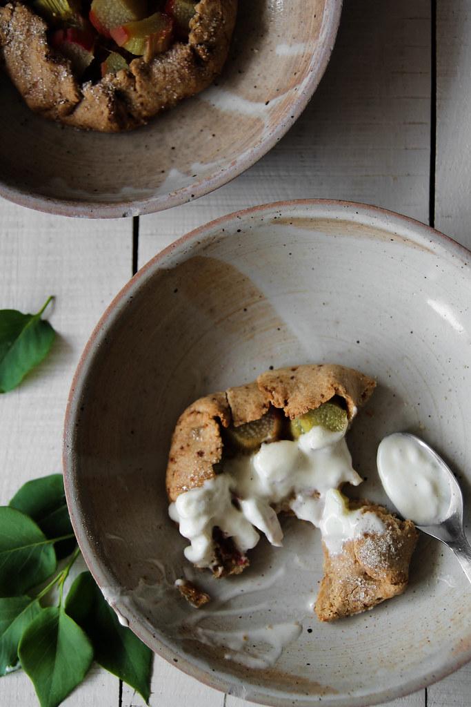 Tartelettes rustiques à la rhubarbe {vegan - sans gluten}