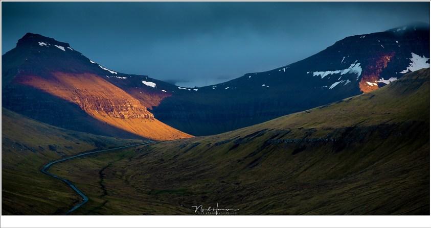 Het laatste zonlicht op de bergen, vlak voor de avond invalt. Het kostte nog een uur om terug naar Gjógv af te dalen. (182mm | ISO200 | f/5,6 | 1/80)