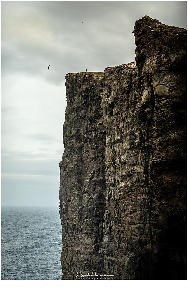 De rots Trælanípa. Daar boven, waar het kleine poppetje te zien is, stond ik. Nu nog krijg ik de rillingen als ik er aan denk (70mm | ISO800 | f/2,8 | 1/6400)