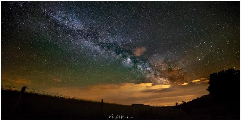De Melkweg in volle pracht, met een klein beetje resterende bewolking en een hint van air-glow (de groene tint). (EOS 5D mark IV + Loawa 12mm   ISO6400   f/2,8   15 sec)