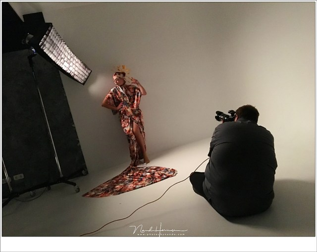 Frank Doorhof aan het demonstreren met model Nadine