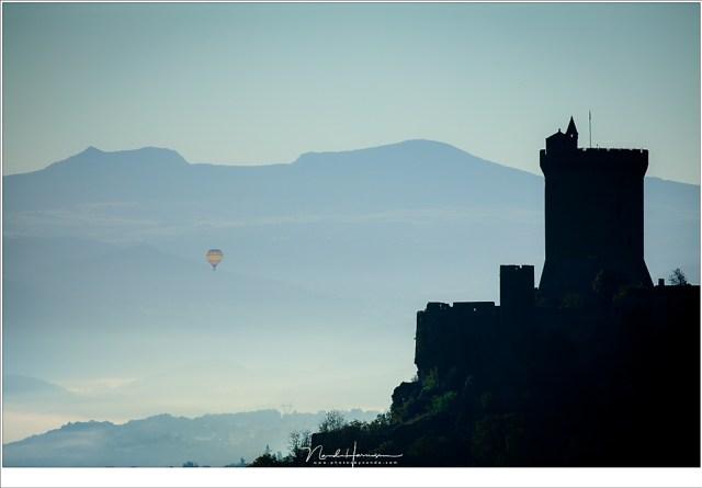 Heel in de verte, ver voorbij de ruïne van Polignac een luchtballon.