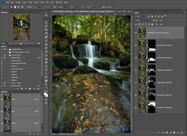 Stap 6 = het resultaat. Photoshop heeft de scherpe delen van de foto's samengevoegd tot een enkel beeld. De bovenste laag is de laag waarmee [Content Aware Fill] eventuele lege plekken heeft gevuld.