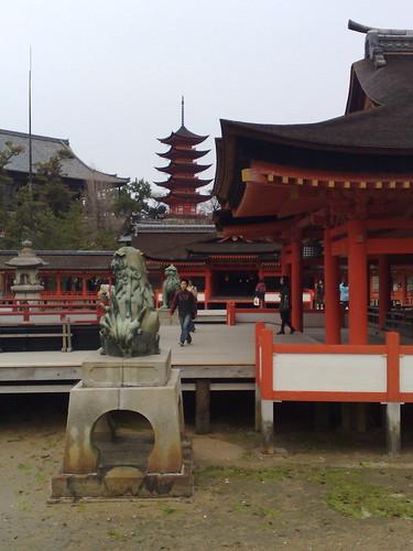 Día 8: Japón (Hiroshima: Parque de la Paz con Genbaku Dome y Museo Memorial. Miyajima: Santuario Itsukushima y Torii. Iwakuni: Puente Kintaikyo, etc).