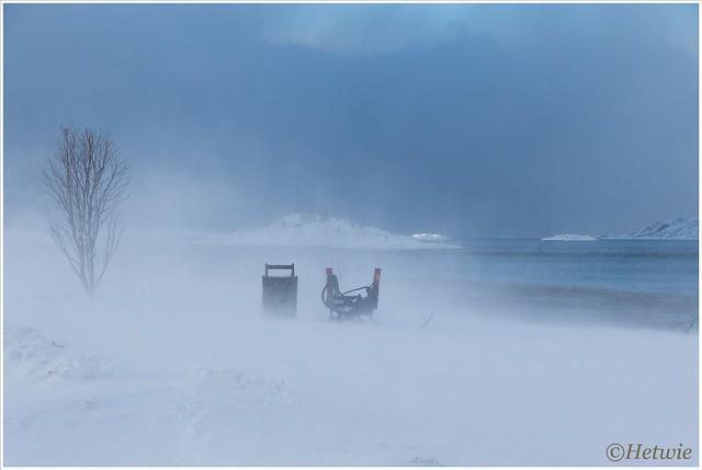 Alles verdwijnt langzaam in de wolk van sneeuw,