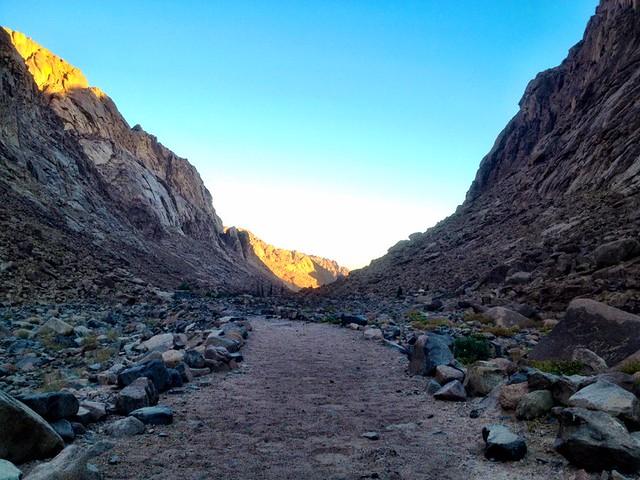 Ακολουθώντας το φαράγγι προς τους πρόποδες του όρους Σινά