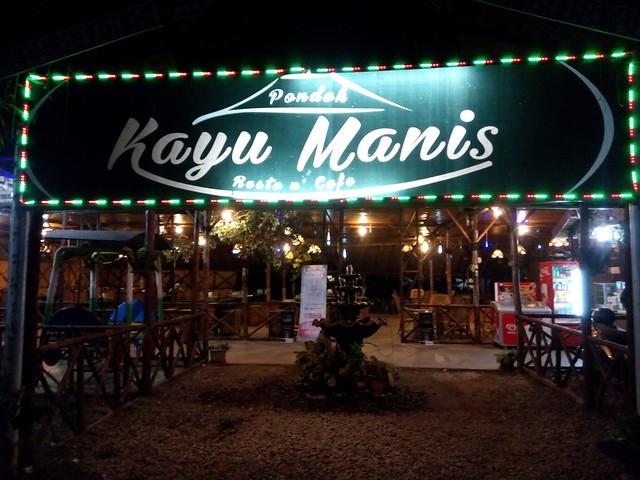 Selasar Pondok Kayu Manis saat malam hari