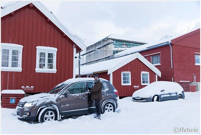 Voordat we weg kunnen moeten we eerst de auto van sneeuw ontdoen.