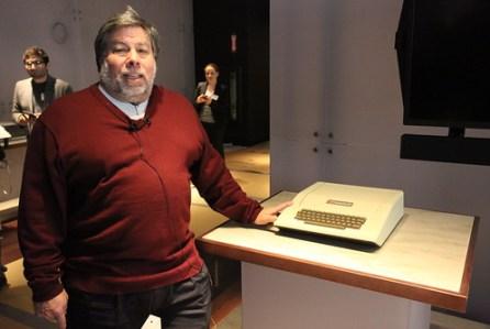 Si Steve Jobs fue el visionario, Stephen Wozniak tuvo la idea inicial del computo personal. Acá lo vemos en el museo junto a su creación: la Apple II. Foto en flick Robert Scoble.