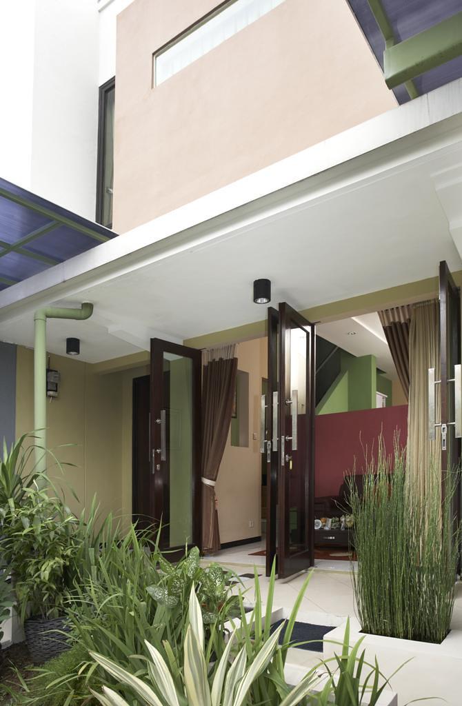 Teras Minimalis Dengan Pintu Swing Tanpa Kusen Arsitek