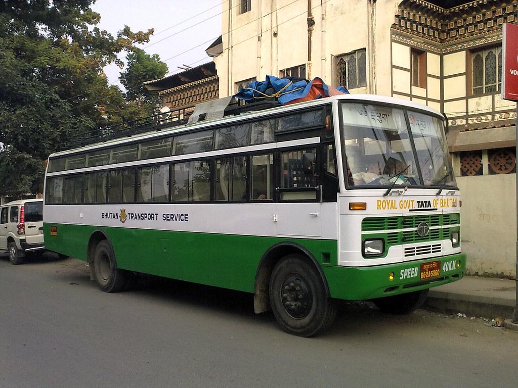 Phương tiện đi lại ở Bhutan khá hạn chế. Những chiếc bus như thế này thường được đạt hết chỗ từ trước.