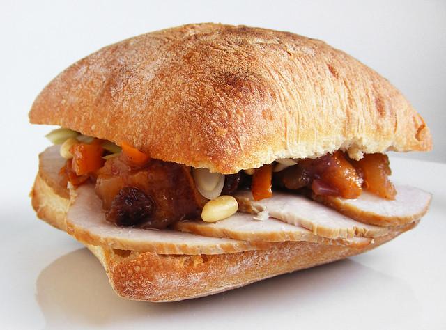 Ciabatta met varkensvlees en kaki chutney
